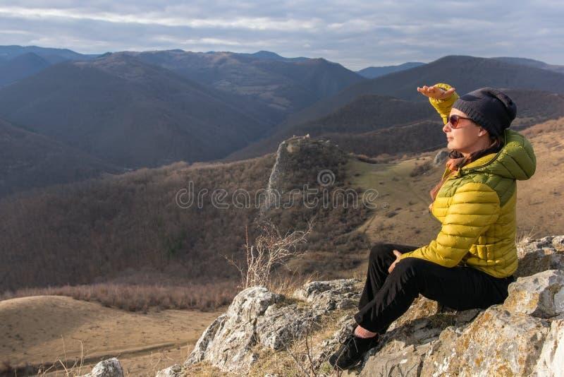 Volwassen vrouw het bewonderen aard op het historische gebied van Transylvan stock foto's