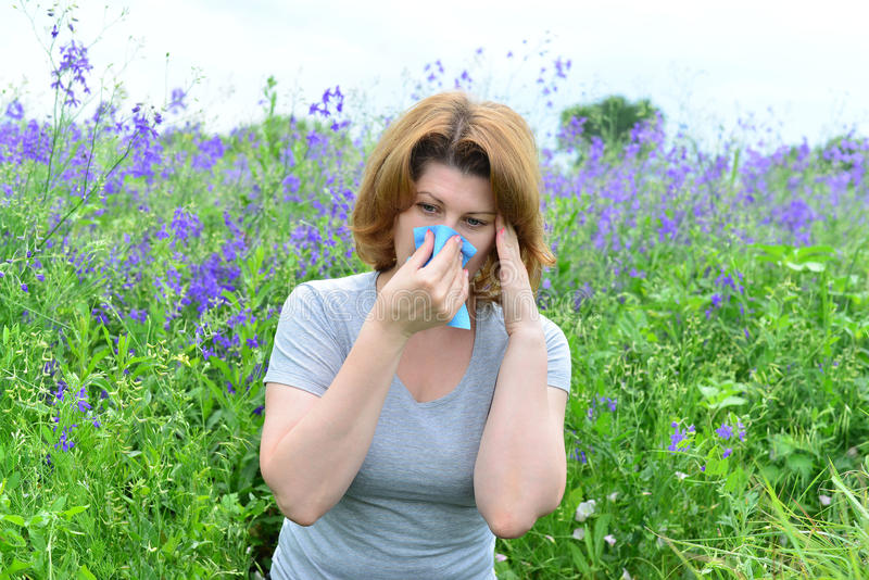 Volwassen vrouw met allergieën op de Weide stock foto's