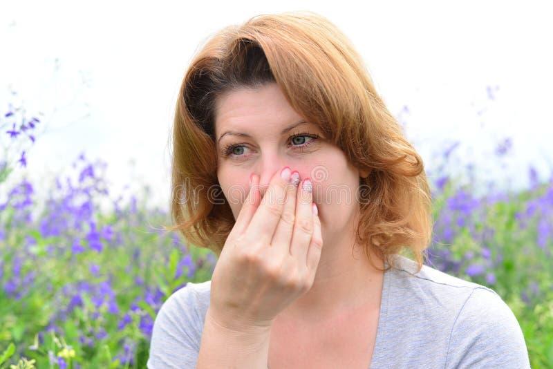 Volwassen vrouw met allergieën op de Weide stock afbeelding
