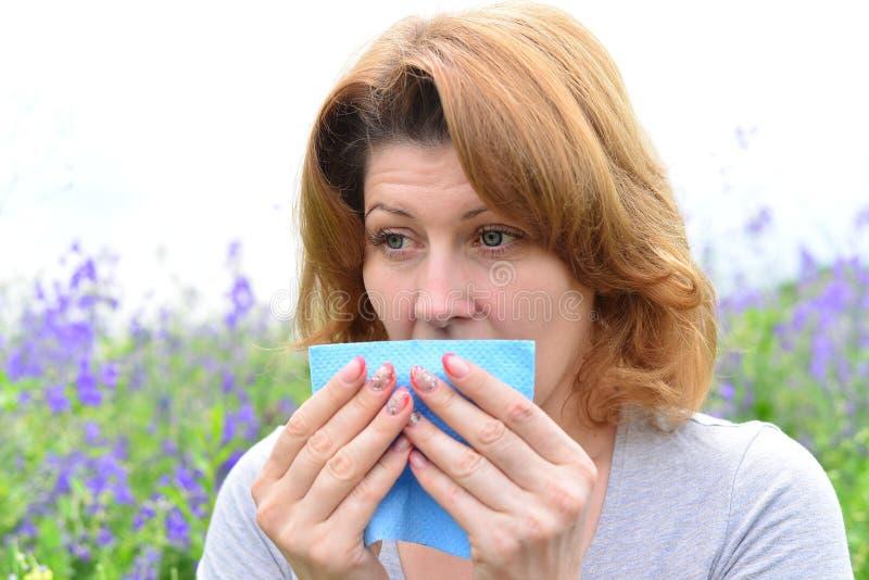 Volwassen vrouw met allergieën op de Weide royalty-vrije stock afbeeldingen