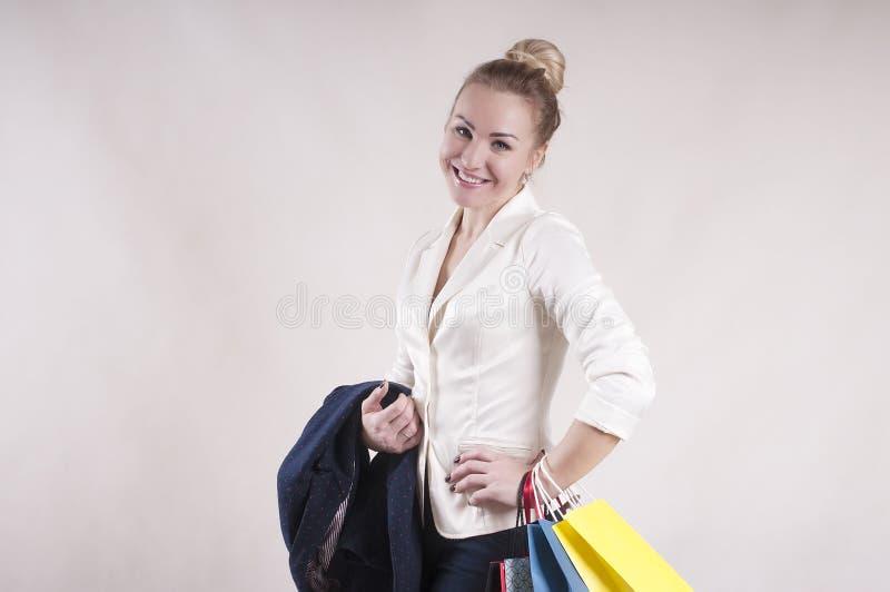 Volwassen vrouw met de verkoop van de pakkettenkorting voor winkelende studio modieuze persoon stock fotografie