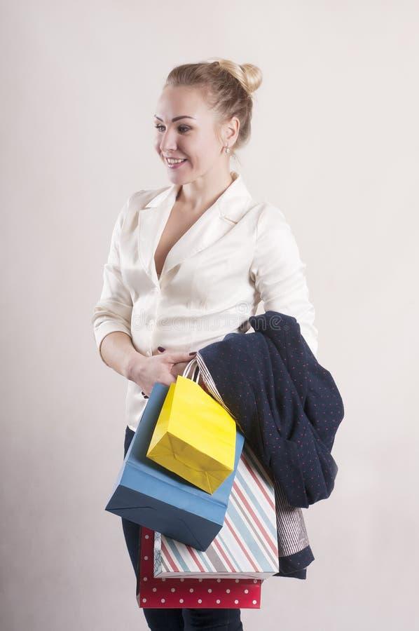 Volwassen vrouw met pakketten voor het winkelen studio stock foto
