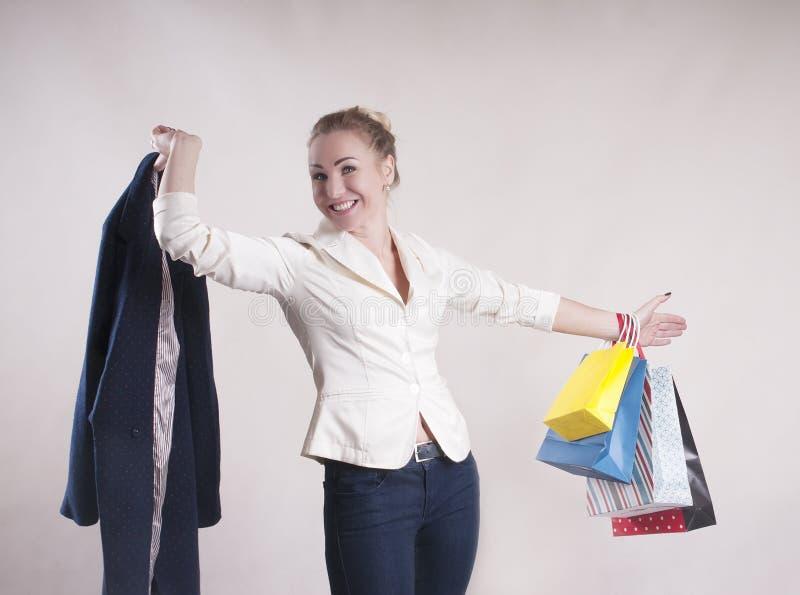 Volwassen vrouw met pakketten voor winkelende studio modieuze persoon stock foto