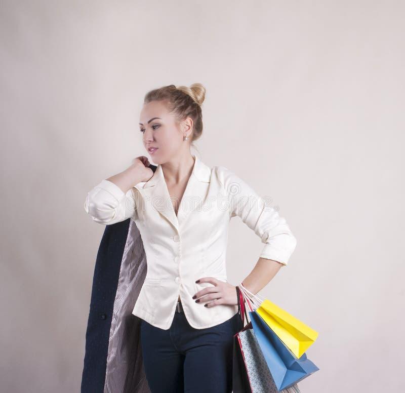 Volwassen vrouw met pakkettenkorting voor winkelende studio modieuze persoon stock afbeelding