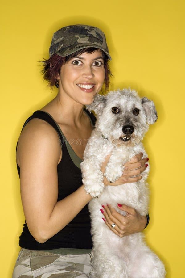 Volwassen vrouwelijke holdings kleine hond stock fotografie