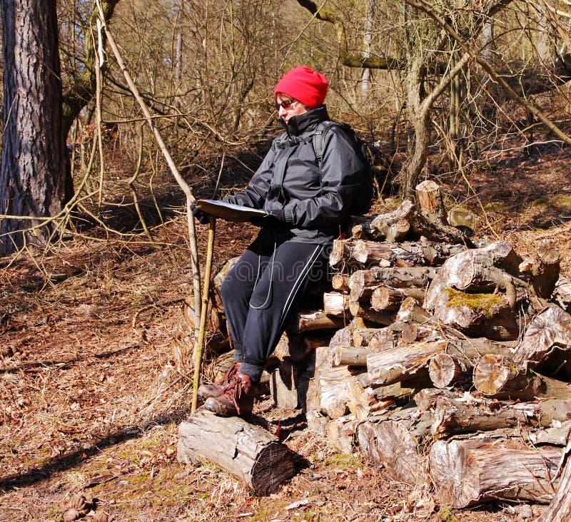 Volwassen vrouwelijke Wandelaar die een Kaart leest royalty-vrije stock foto