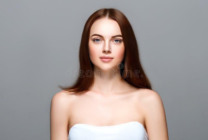 Volwassen vrouwenportret, het concept van de huidzorg, mooie huid en hand stock afbeeldingen