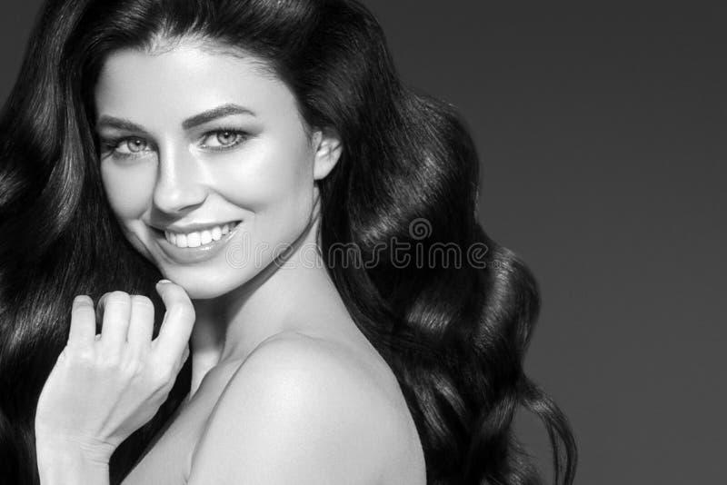 Volwassen vrouwenportret, huidzorg en gezond haarconcept, beauti stock afbeelding