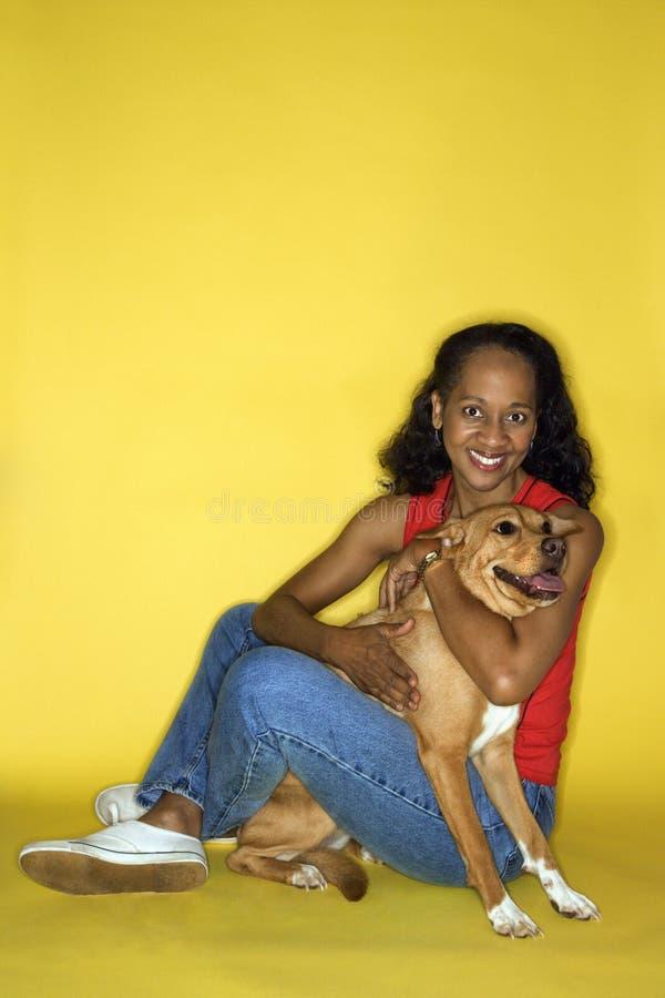 Volwassen wijfje met hond. royalty-vrije stock fotografie