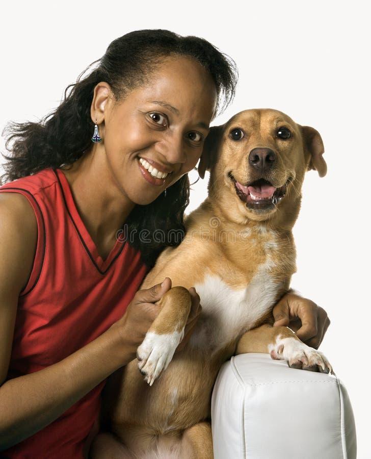 Volwassen wijfje met hond. royalty-vrije stock afbeeldingen