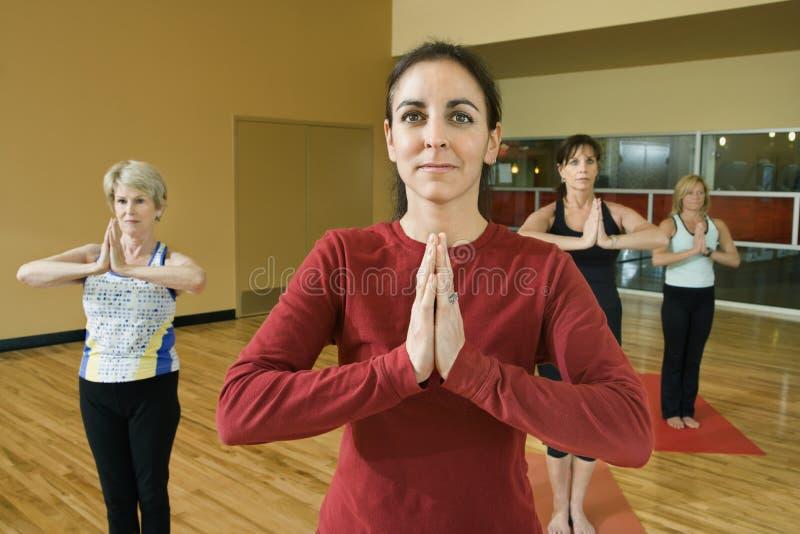 Volwassen wijfjes in yogaklasse. stock afbeeldingen