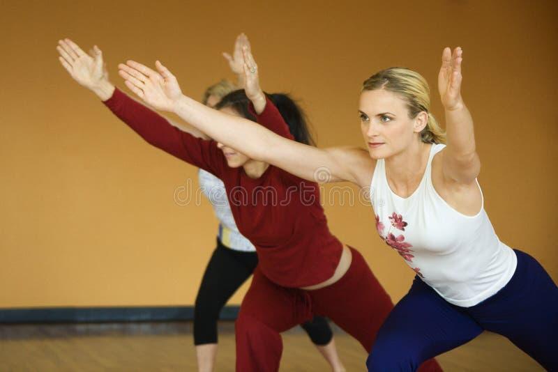 Volwassen wijfjes in yogaklasse. stock afbeelding