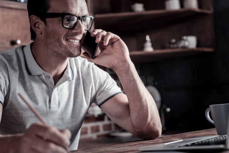 Volwassen zakenman die met cliënt op telefoon spreken stock afbeeldingen