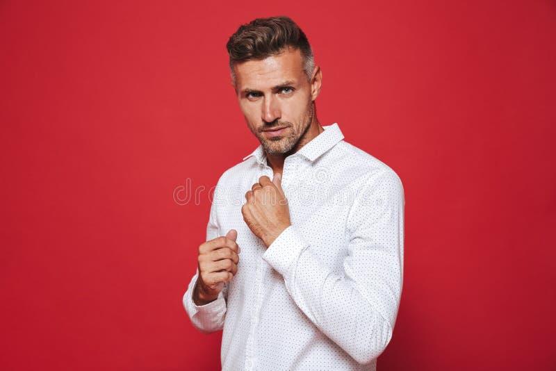 Volwassen zakenmanjaren '30 met stoppelveld in wit overhemd die op nok kijken stock foto's