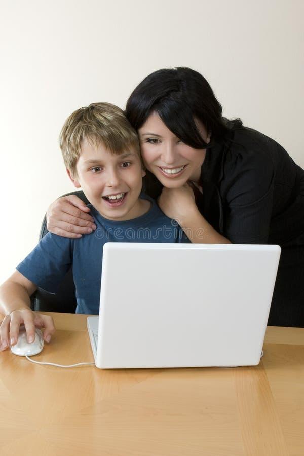 Volwassene en kind die computer van tijd genieten stock foto's