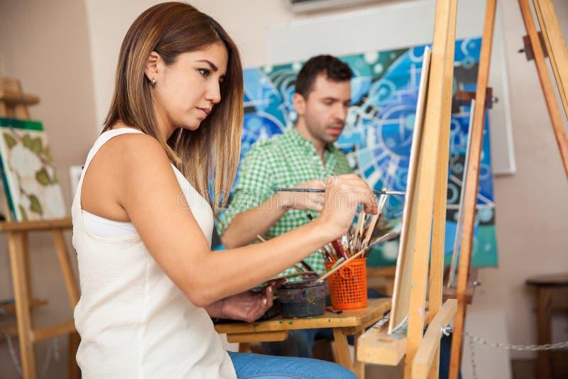 Volwassenen die kunstklasse bijwonen stock afbeelding