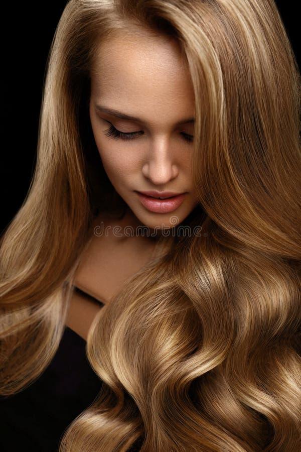 Volymhår Härligt kvinnamodellWith Long Blonde hår arkivfoto