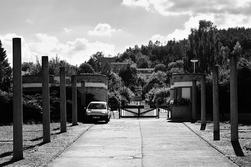 Volyne, republika czech - Sierpień 11, 2018: Wejście w areal poprzednia szkoła w naturze w Chomutovska ulicie blisko Volyne miast fotografia stock
