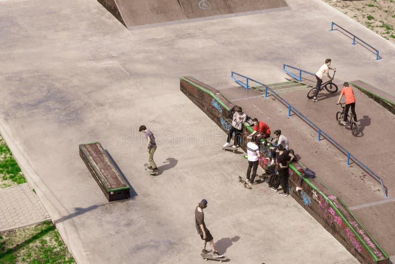 Volzhsky, Россия - 1-ое июня 2019: взгляд от верхнего подростка на скейтбордах стоковые фотографии rf