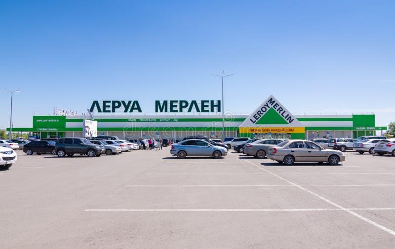 Volzhsky Región de Stalingrad Rusia 6 de mayo de 2017 El edificio de las tiendas de cadena grandes Leroy Merlin imágenes de archivo libres de regalías