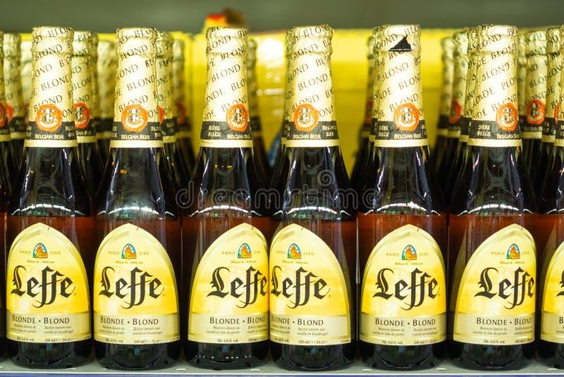 Volzhsky Rosja, Apr, - 26, 2019: Produkty hypermarket sprzedaż alkoholiczna Belgijska piwna leffe sprzedaż alkoholiczka obrazy royalty free
