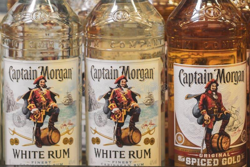 Volzhsky Rosja, Apr, - 26, 2019: Produkty hypermarket sprzedaż alkoholiczna kapitanu Morgan rumowa sprzedaż alkoholiczka zdjęcie royalty free