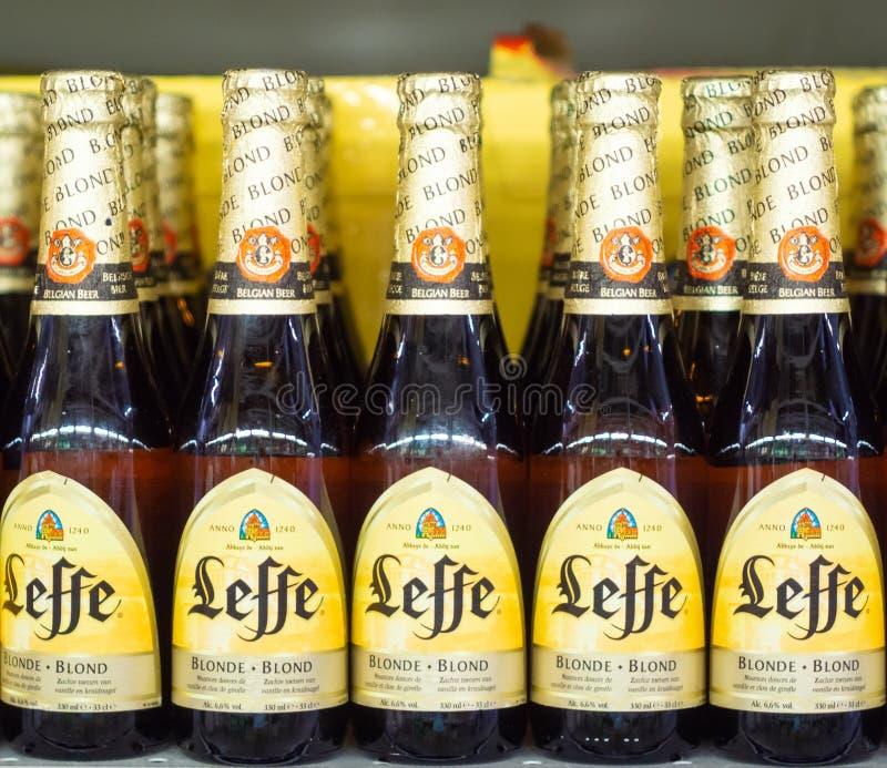 Volzhsky Rosja, Apr, - 26, 2019: Produkty hypermarket sprzeda? alkoholiczna Belgijska piwna leffe sprzeda? alkoholiczka zdjęcie stock