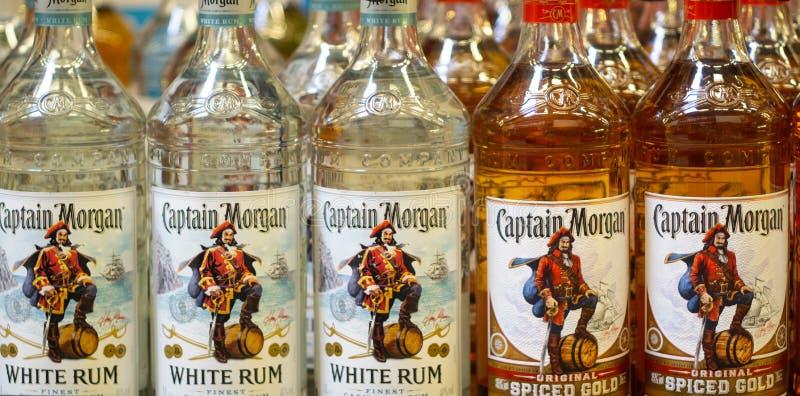 Volzhsky Rosja, Apr, - 26, 2019: Produkty hypermarket sprzeda? alkoholiczna kapitanu Morgan rumowa sprzeda? alkoholiczka obrazy royalty free