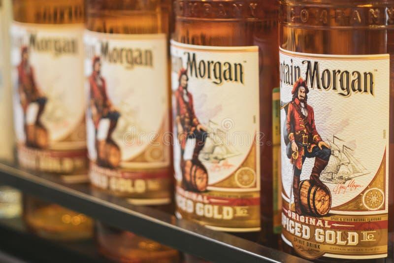 Volzhsky Rosja, Apr, - 26, 2019: Produkty hypermarket sprzeda? alkoholiczna kapitanu Morgan rumowa sprzeda? alkoholiczka zdjęcia royalty free