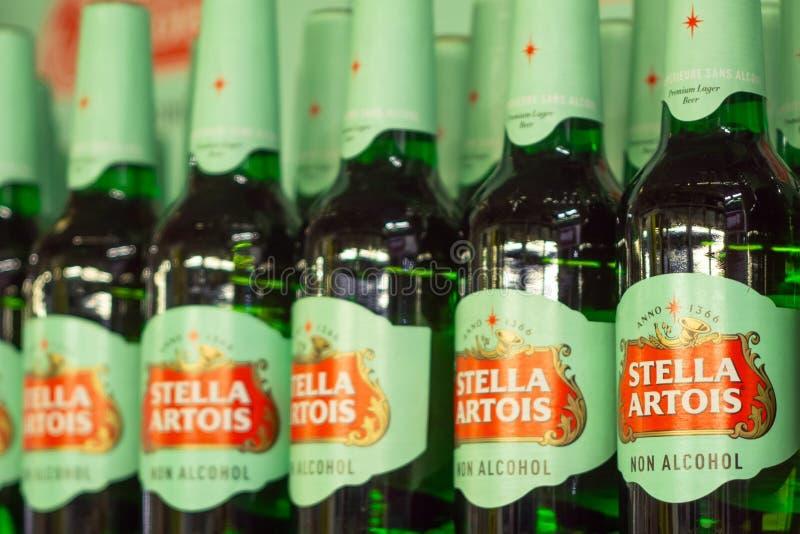 Volzhsky Rosja, Apr, - 26, 2019: Produkty hypermarket sprzeda? bezalkoholowa piwna Stella Artois sprzeda? alkoholiczka obraz stock