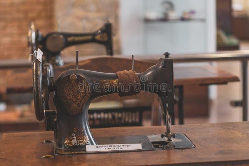 Volzhsky, Rusia - 26 de abril de 2019: viejo cantante de la máquina de coser en el museo de Rusia retro fotografía de archivo libre de regalías