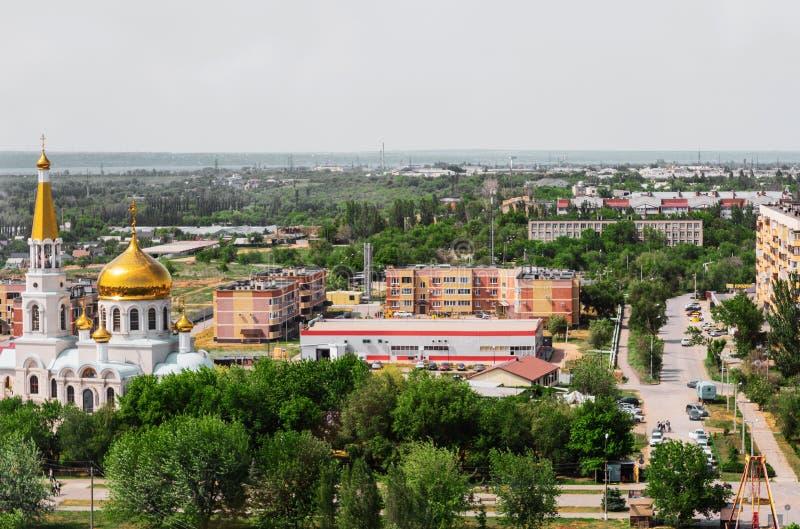 Volzhsky, Rusia - 1 de junio de 2019: Opinión rusa de la ciudad de la opinión superior del templo imagenes de archivo