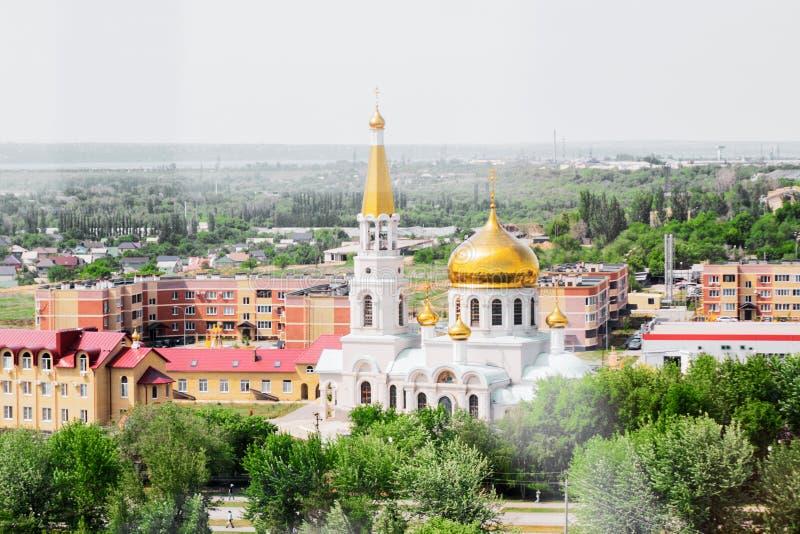 Volzhsky, Rusia - 1 de junio de 2019: Opinión rusa de la ciudad de la opinión superior del templo imagen de archivo