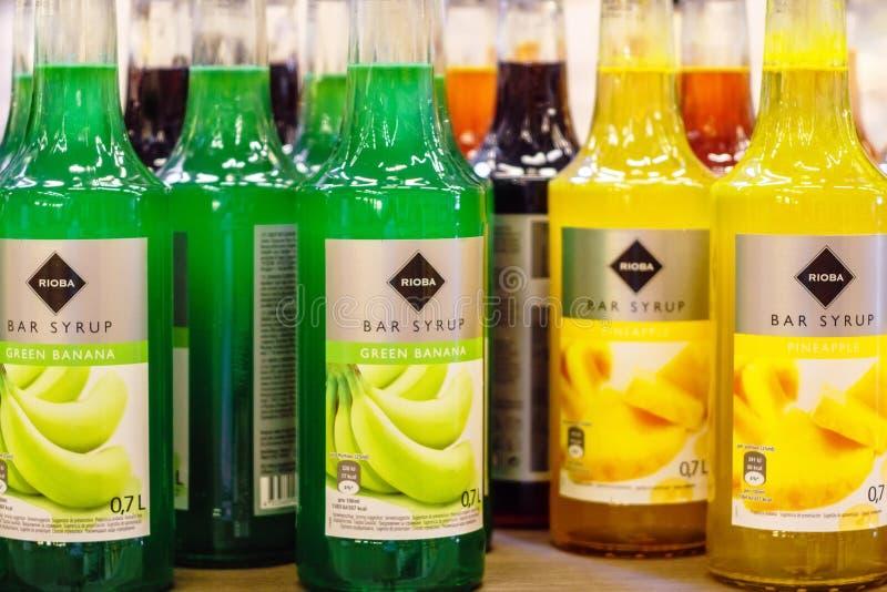 Volzhsky, Rusia - 26 de junio de 2019: Productos de las bebidas de Rioba del jarabe de la venta del hipermercado en los almacenes imagen de archivo libre de regalías