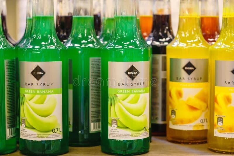 Volzhsky, Rusia - 26 de junio de 2019: Productos de las bebidas de Rioba del jarabe de la venta del hipermercado en los almacenes imagenes de archivo