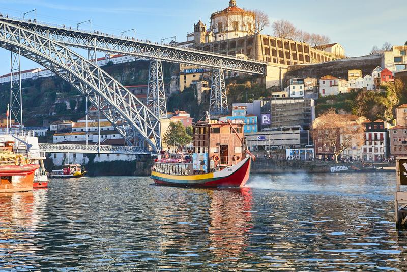 09 vom Dezember 2018 - Porto, Portugal: Ansicht der historischen Stadt mit der Dom Luiz-Brücke Ein Metrozug kann auf gesehen werd lizenzfreie stockfotografie