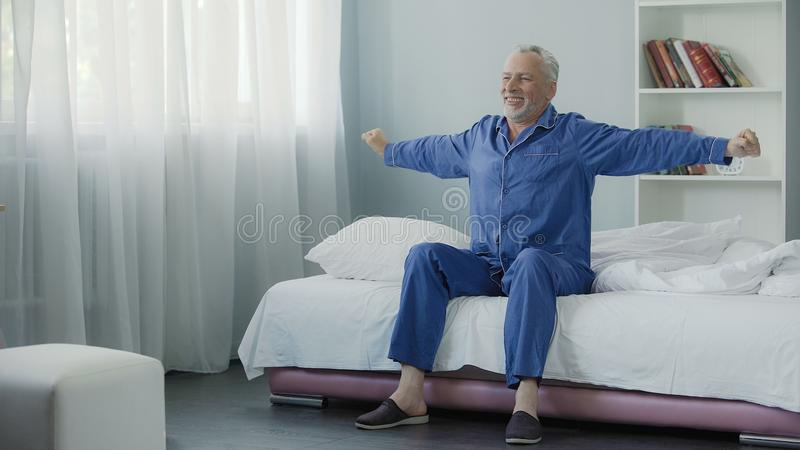 Vom netten Pensionär der Energie voll aufwachen, der Morgengymnastik, neuer Tag tut lizenzfreies stockfoto