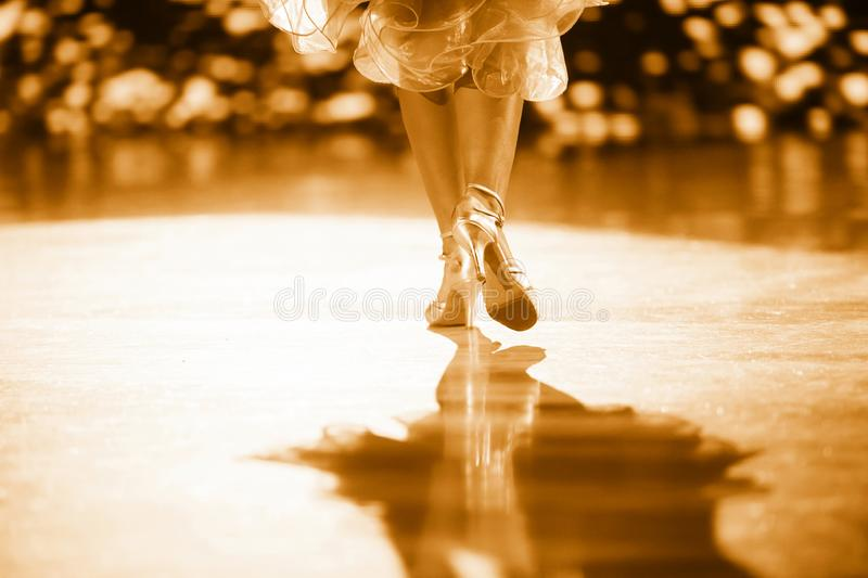 Voman dancer latino international dansend Goudfilter royalty-vrije stock afbeeldingen