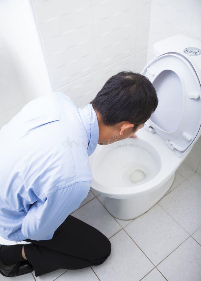 Vomissement bu ou en difficulté de jeune homme photographie stock