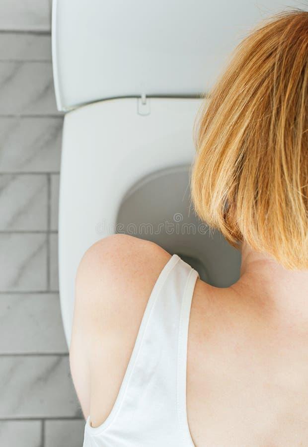 Vomissement méconnaissable de femme images stock