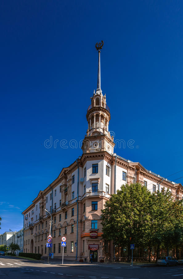 Von den Sowjets erbautes Gebäude in Minsk, Weißrussland stockbilder