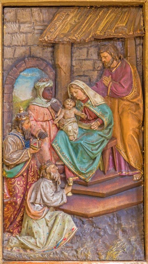 Von den Weisen schnitzte Entlastung vom Seitenaltar in der Jesuitkirche von 19 cent stockfotografie