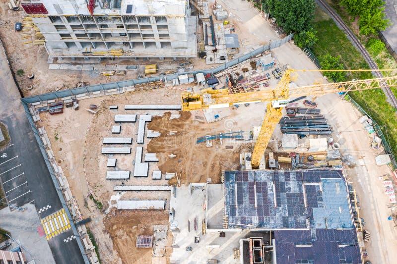 Von der Luftdraufsicht der Baustelle mit Industriemaschinen lizenzfreie stockbilder