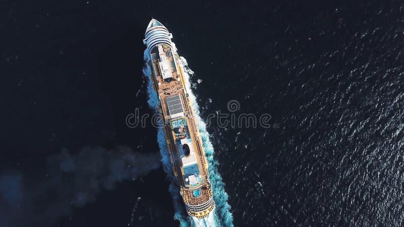 Von der Luftdraufsicht des großen LuxusKreuzschiffs, das volle Geschwindigkeit auf offenem Wasser, Luxusferienkonzept segelt abla stockbilder