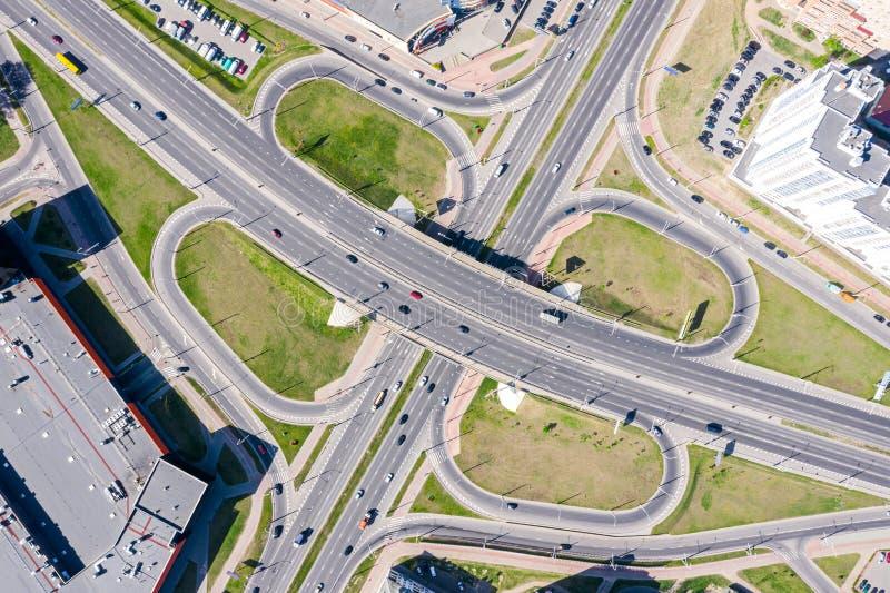 Von der Luftdraufsicht des Stadtlandstraßenaustausches Straße mit Autos in der Bewegung stockfotos