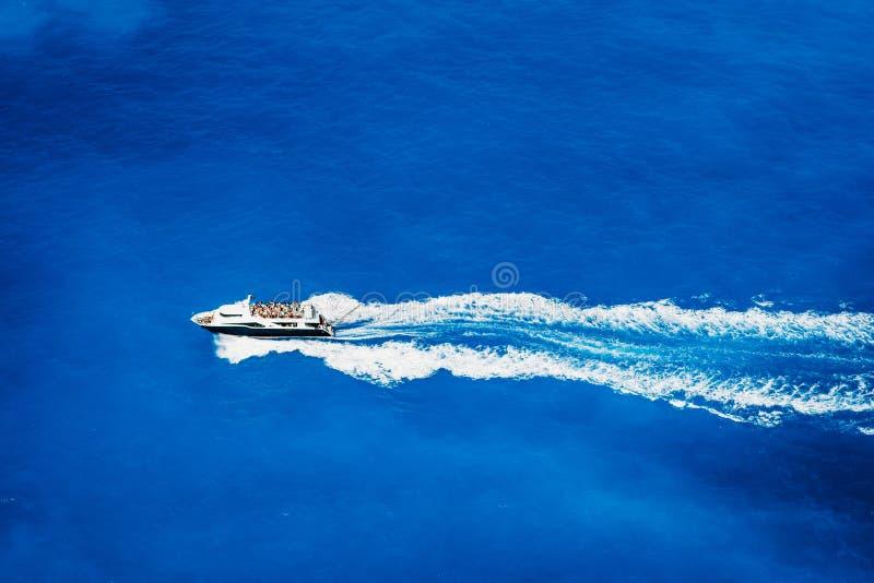 Von der Luftdraufsicht des touristischen Schnellbootsegelns im tiefen blauen Meer lizenzfreie stockfotografie