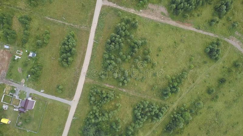 Von der Luftdraufsicht der Landstraße durch Felder und Wälder im Sommer clip Draufsicht der Waldfläche mit Straße lizenzfreies stockfoto