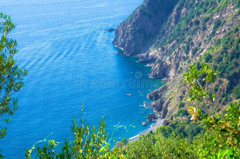 Von der Luftdraufsicht von Strand, von Felsen, von Klippen und von Wasser Guvano des Golfs von Genua, Ligurisches Meer, Küstenlin lizenzfreie stockbilder