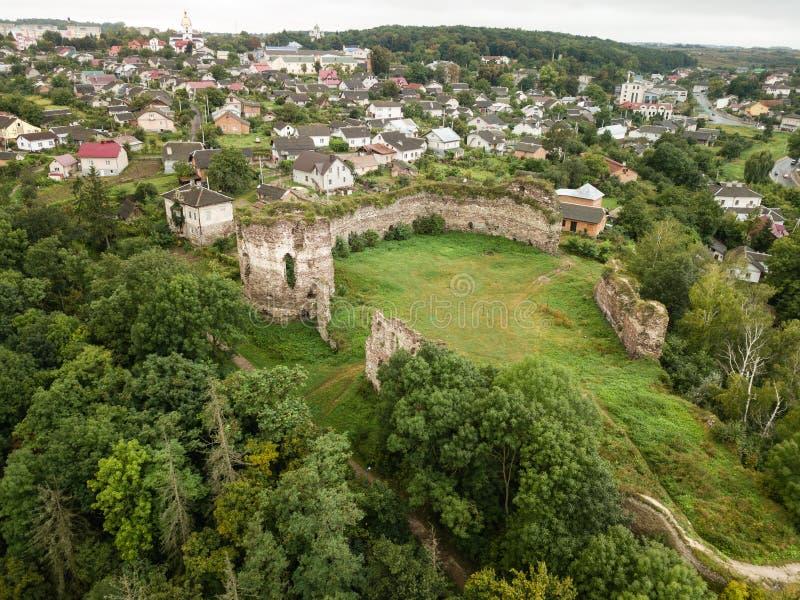 Von der Luftdraufsicht vom Brummen, zum sich von Ruinen in Buchach, Ternopil-Region, Ukraine zurückzuziehen stockfotos