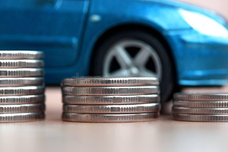 Von der Münze auf dem blauen Auto stockbild